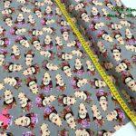 21-telas-estampadas-de moda,telas-con-estampados-de-primavera,telas-con-estampados-frikis,telas-juveniles,Tejido Estampado Frida fondo Gris