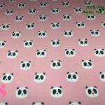 63-telas-estampadas-de-algodón,-telas-floreadas,estampados-floreados-de-algodón,estampados-origonales-de-algodón,Tejido Estampado Caras Panda fondo Rosa